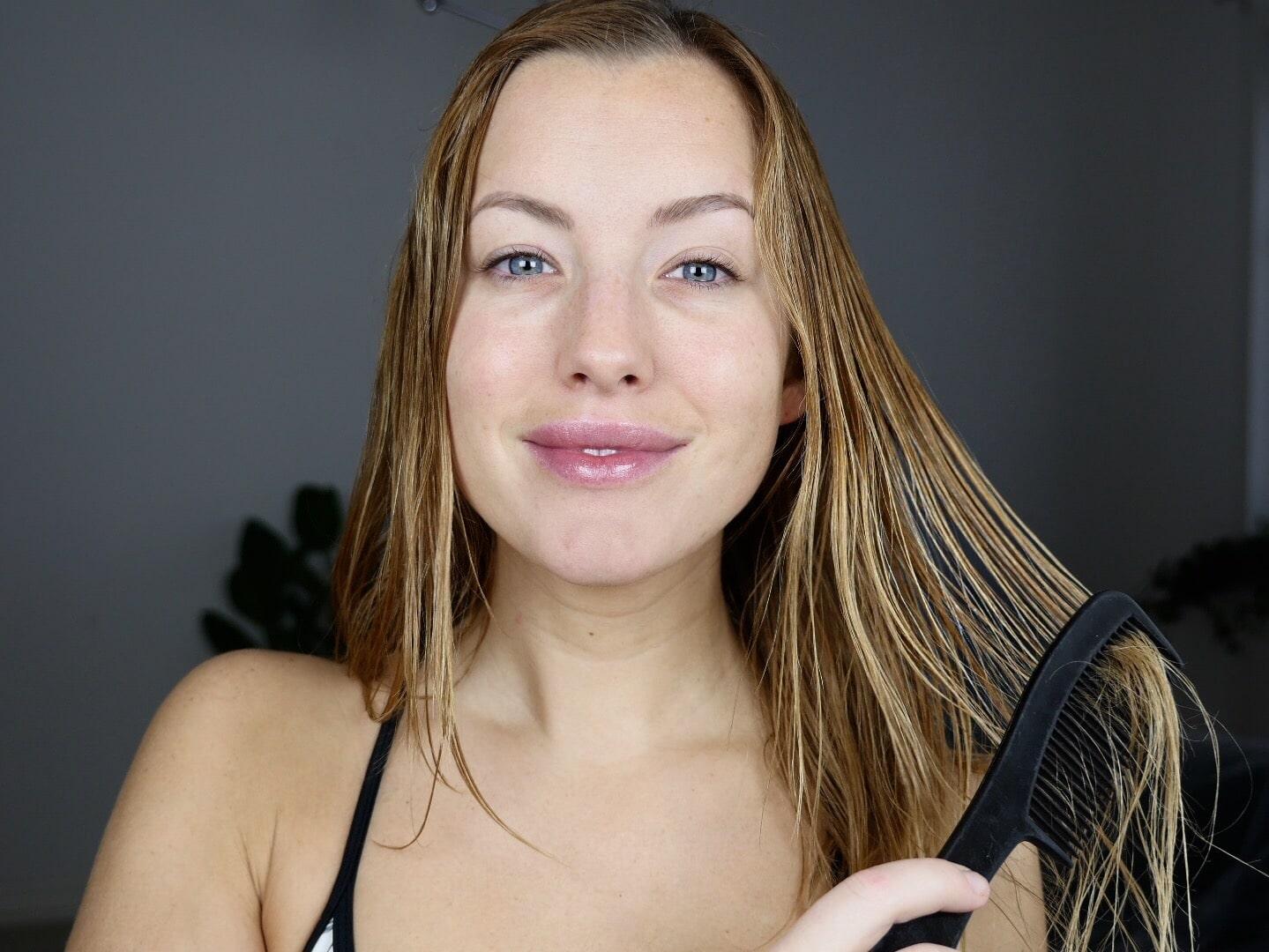 Kamma sedan ut håret med en bredtandad kam