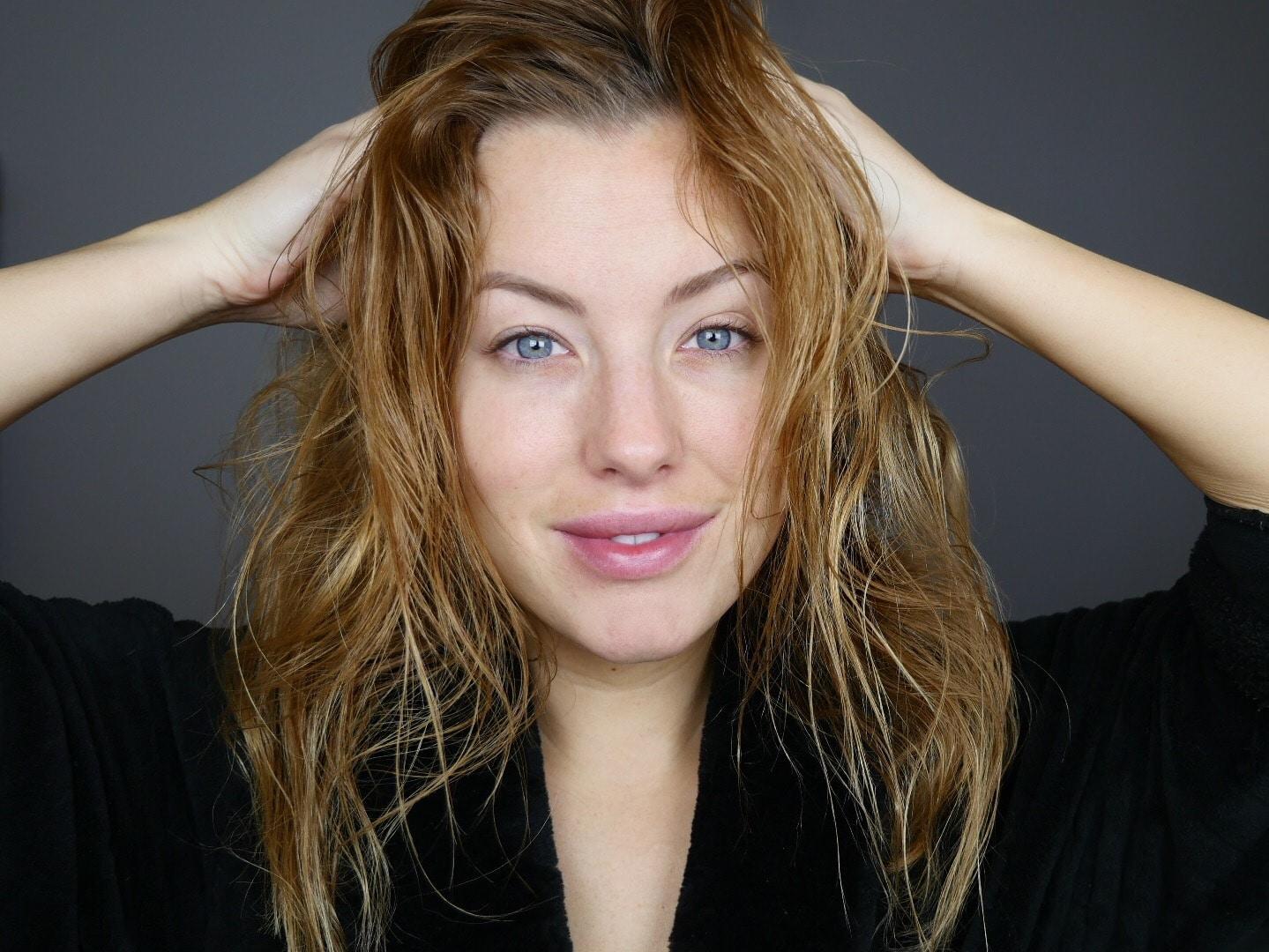 Massera in oljan i hela håret, och även hårbottnen